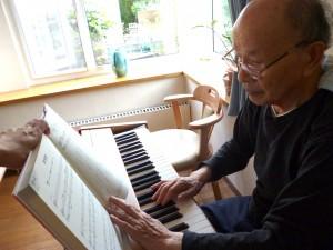 音楽療法でピアノを弾く